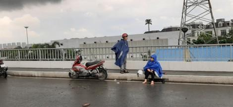 Nhớt đổ trên mặt đường, CSGT phong tỏa làn xe máy cầu Sài Gòn