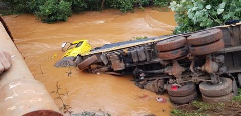 """Xe tải chở hơn 10 tấn phân lao xuống suối, hàng trăm triệu """"tan"""" nhanh"""