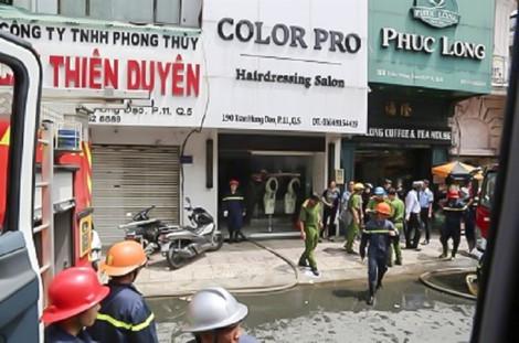 Giải cứu 3 người kẹt trong đám cháy lớn ở Sài Gòn