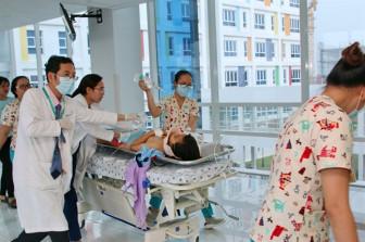 Hơn 20 y bác sĩ cứu nữ sinh bị xe container tông trên đường đi học về