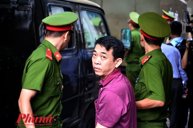 Xu vu VN Pharma: Nguyen Minh Hung binh tinh buoc xuong tu xe tu