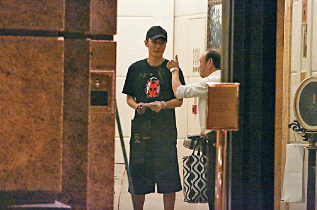 Hong Han tro lai dong phim, Truong Dan Phong 'len' mua qua lay long vo