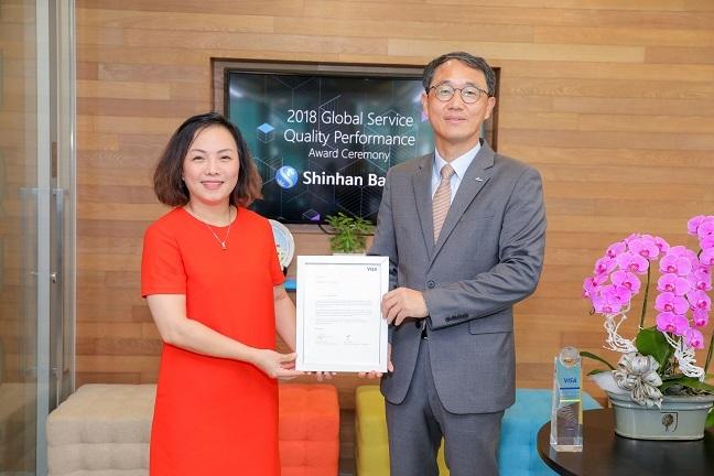 Ngan hang Shinhan nhan giai thuong 'Dich vu chat luong toan cau 2018' cua to chuc Visa