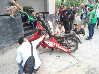 Rắn chui vào xe máy dựng trên vỉa hè Sài Gòn