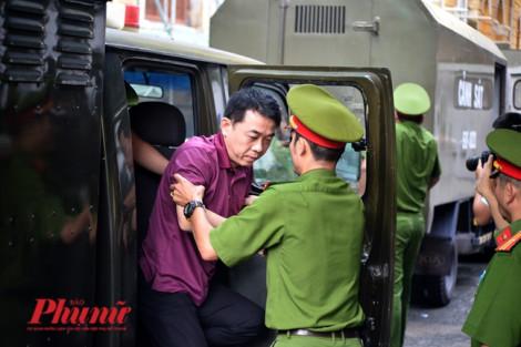 Xử vụ VN Pharma: Nguyễn Minh Hùng bình tĩnh bước xuống từ xe tù