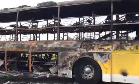 Hành khách hoảng sợ tháo chạy khỏi xe khách bốc cháy ngùn ngụt
