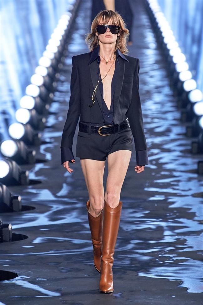 'Bao den' Naomi Campbell: van than thai 'dinh' tren san dien