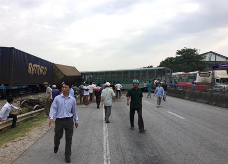 Cận cảnh 4 toa tàu văng khỏi đường ray sau khi tông xe tải