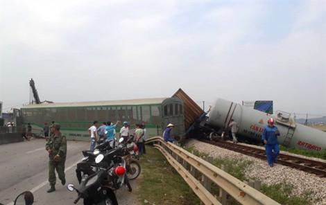 Clip 4 toa tàu văng ra ngoài sau cú tông xe tải chạy ẩu