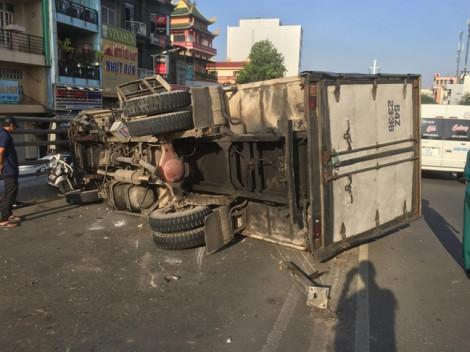 Lật xe tải trên cầu Cây Gõ trúng 2 xe máy, 4 người bị thương