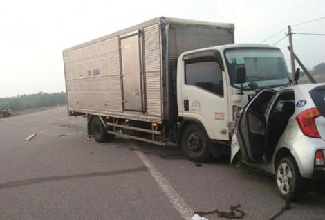 Đối đầu xe tải, tài xế cùng hành khách trên taxi tử vong