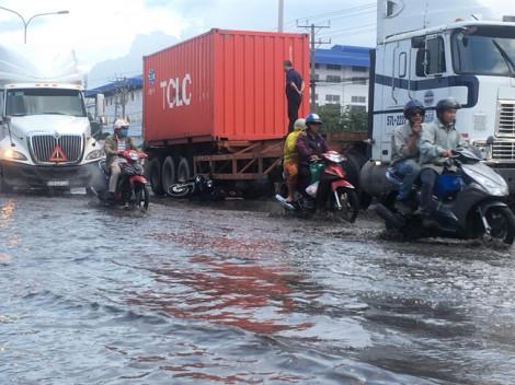 Tránh đường ngập nước, người đàn ông bị xe container cán chết thảm
