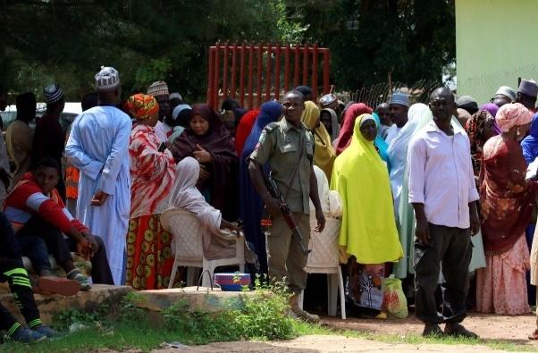 Nigeria vat va tim nguoi than cua 400 nan nhan bi 'giam giu' tai mot truong hoc