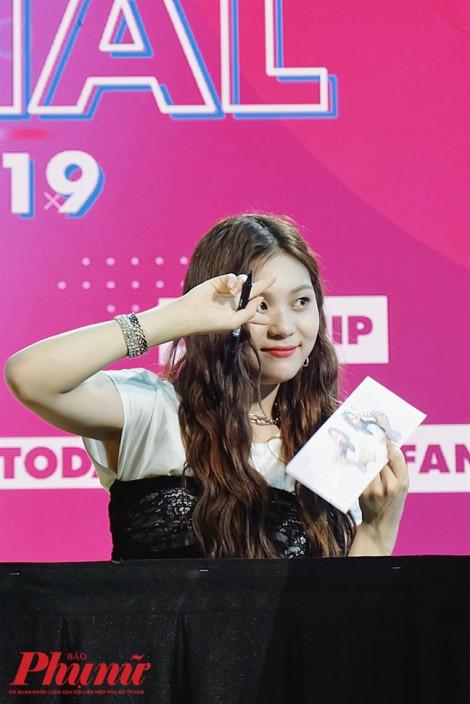 Nữ idol Kpop từng bị chê xấu nhất lịch sử xinh đẹp bất ngờ tại TP.HCM