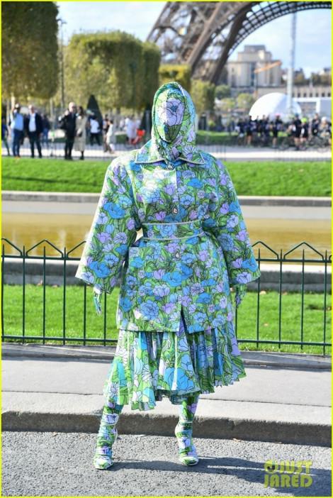 Cardie B trùm kín từ đầu đến chân tại Paris Fashion Week