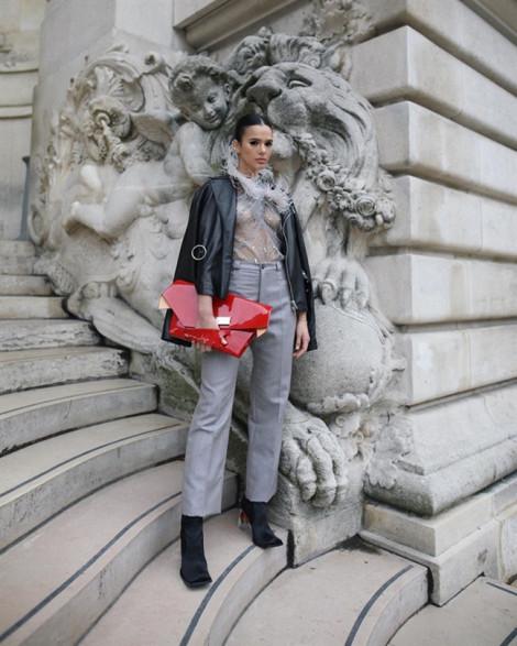 Nhiều ngôi sao chuộng mốt không nội y tại Paris Fashion Week
