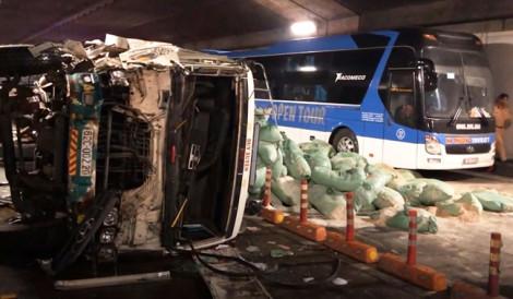 Xe tải lật ngang bốc khói trong hầm Thủ Thiêm khi va chạm mạnh với xe khách