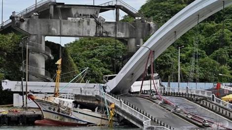 Đài Loan: Cầu sập giữa trời quang làm ít nhất 14 người bị thương, 6 người mất tích