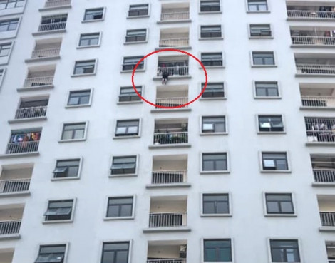 Giải cứu người phụ nữ treo lơ lửng ngoài lan can tầng 10 chung cư