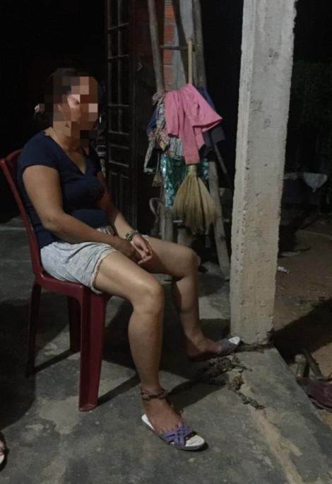 Dư luận phẫn nộ gã chồng xích vợ vào cột nhà để bạo hành