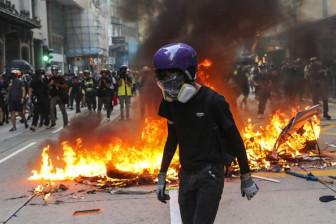 Bắc Kinh duyệt binh mừng Quốc khánh, cảnh sát Hồng Kông bắn người biểu tình