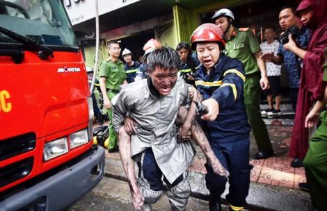 Nhớ anh lính cứu hỏa gồng mình cõng chàng trai qua 4 tầng nhà cháy