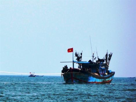 Ca nô Trung Quốc ngăn cản trục vớt tàu cá Việt Nam bị chìm ở Hoàng Sa