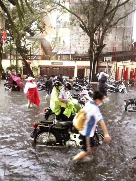 Ngôi trường cứ mưa xuống  lại ngập thành sông