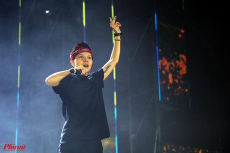 Bùi Anh Tuấn liên tục ho khi hát trên sân khấu, cầu cứu fan hát thay