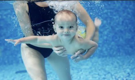 Nên cho trẻ dưới 2 tuổi tập bơi sao cho an toàn?