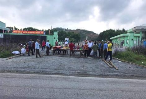 Bị chậm di dời, người dân dựng rạp 'bao vây' nhà máy rác