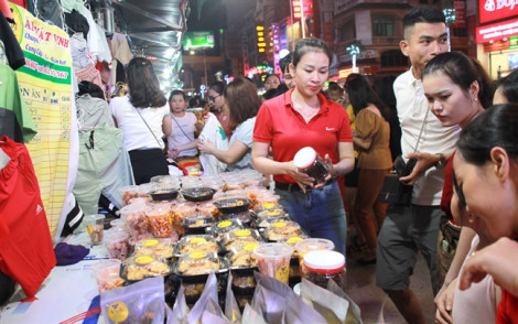 Hàng ngàn người chen chân trải nghiệm phố đêm đầu tiên ở Nghệ An