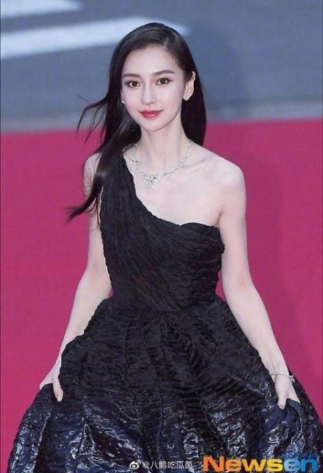 Angelababy suýt vồ ếch trên thảm đỏ LHP Busan
