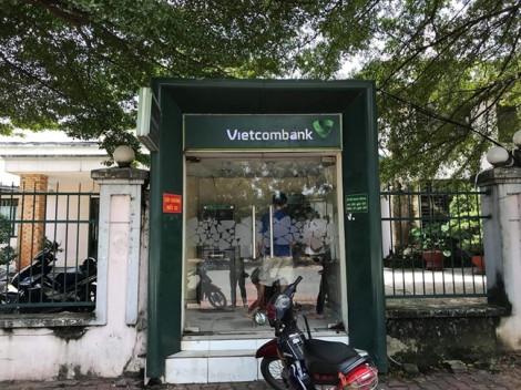 Thiếu nữ rút tiền tại cây ATM, bị thanh niên kề dao cướp