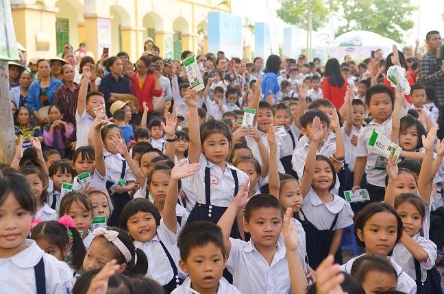 61.000 cay xanh va 119.000 ly sua duoc Vinamilk danh tang cho tre em Ha Noi