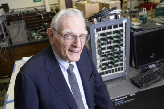 Giải Nobel Hóa học 2019 trao cho 3 nhà khoa học sáng chế pin sạc
