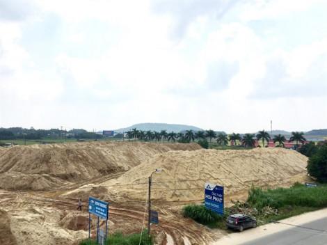 Núi cát của vợ Chánh văn phòng tỉnh 'hiên ngang' chắn ngay ngõ vào thành phố