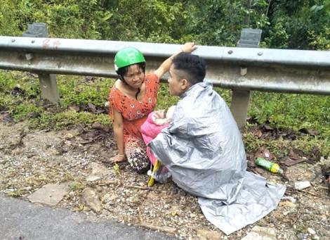 Ông bố trẻ giúp vợ 'vượt cạn' thành công bên vệ đường dưới trời mưa tầm tã
