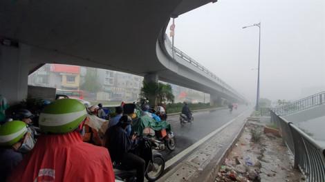 Hàng trăm người mượn gầm cầu vượt làm chỗ trú mưa