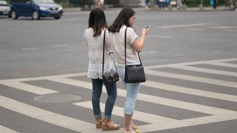 Trung Quốc phạt người đi bộ dùng điện thoại khi băng qua đường