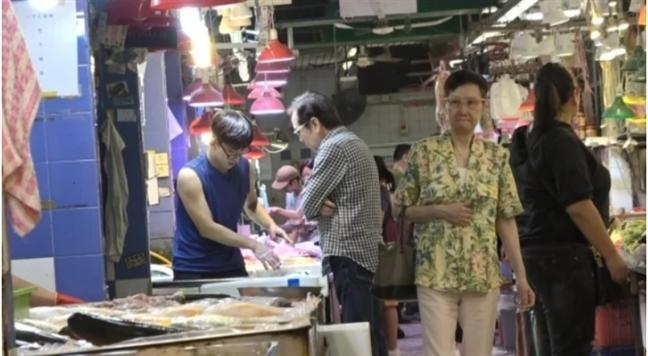 Vo chong Khuong Dai Ve tay trong tay di cho mua thuc an