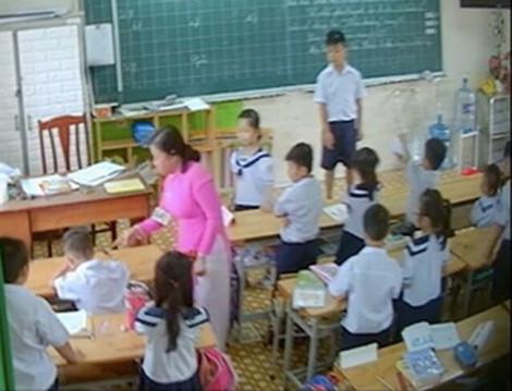 Ai đứng đằng sau chiếc camera quay lén trong lớp học?