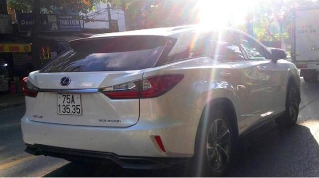 Tam dinh chi hai can bo cong an cap 'nham' bien so dep cho xe Lexus