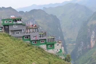 Mặc đề xuất phá dỡ, nhà hàng Mã Pì Lèng Panorama bỗng phủ sơn xanh