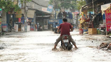 Tuyến đường có nhiều 'hồ bơi' ở Sài Gòn: Nước ngập 3 ngày chưa rút, người dân mua mì gói về ăn