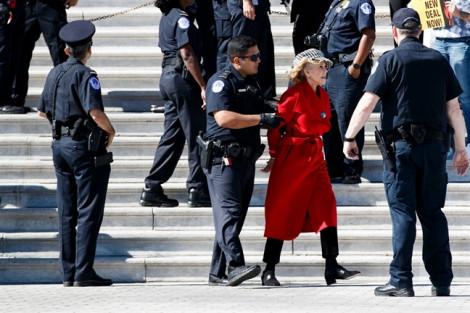Nữ diễn viên U90 từng 2 lần đoạt giải Oscar bị bắt vì biểu tình