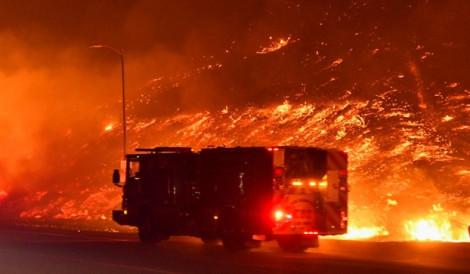 Mỹ: Cháy rừng lan nhanh ở miền nam California khiến ít nhất 2 người thiệt mạng