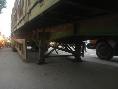 Thùng container rơi trúng đầu xe tải, giao thông tắc nghẽn