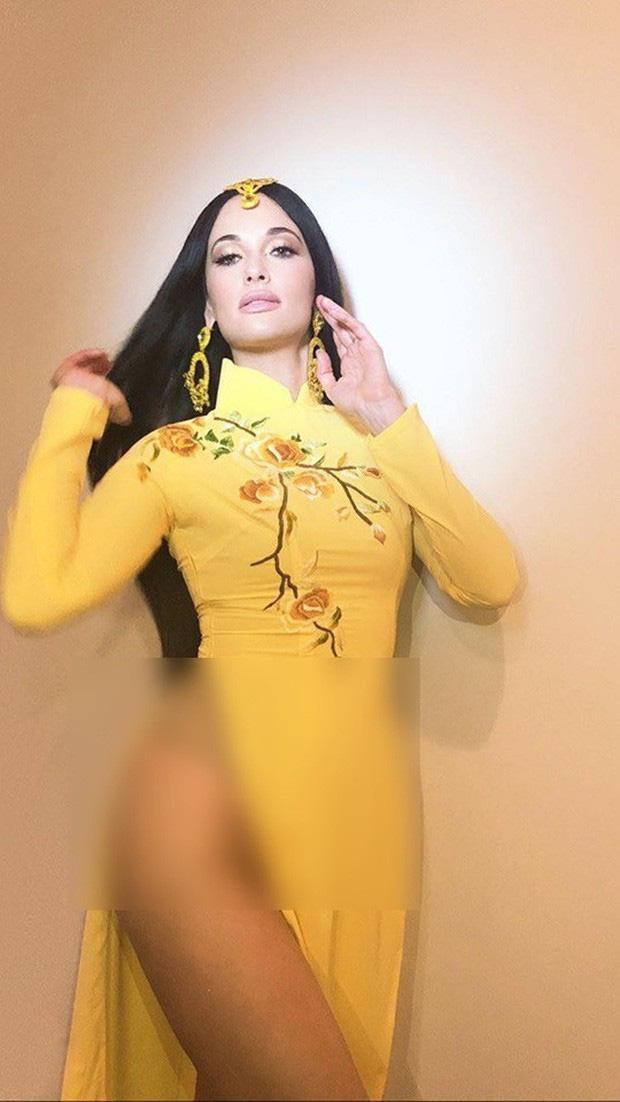 Ngo Thanh Van buc xuc vi nu ca si nguoi My nhao bang ao dai Viet Nam