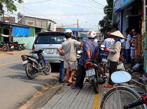 Xe 7 chỗ bị bắn nhiều phát trên đường, người dân hoảng sợ